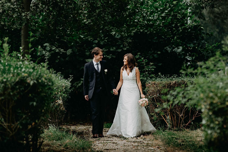 Herzele park bruidspaar wandelt in park