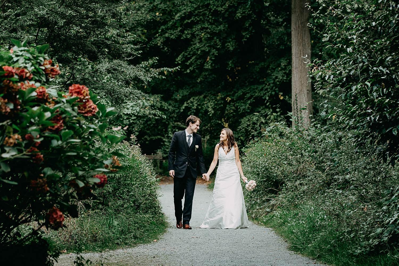 Herzele park huwelijksreportage bruidspaar wandelt park
