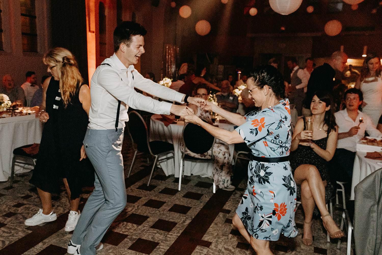 Het Sacrament bruidegom danst met moeder