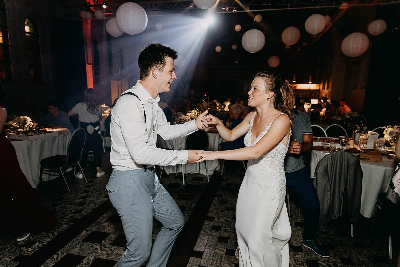 Het Sacrament bruidspaar danst