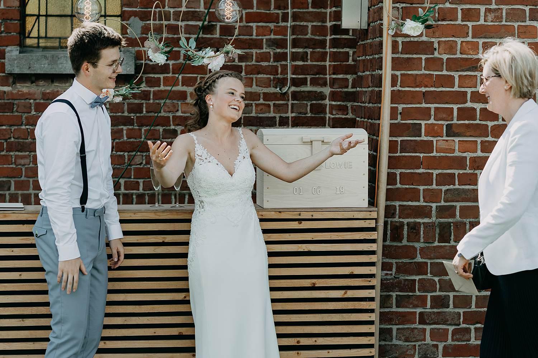 Het Sacrament bruidspaar groet gasten