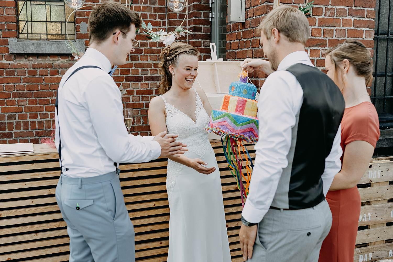 Het Sacrament bruidspaar ontvangt cadeau