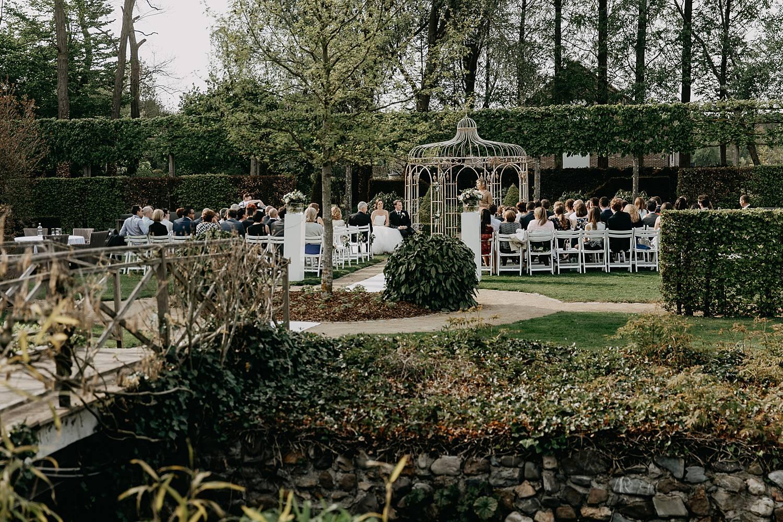 Hof te Rhode buitenceremonie huwelijk tuin