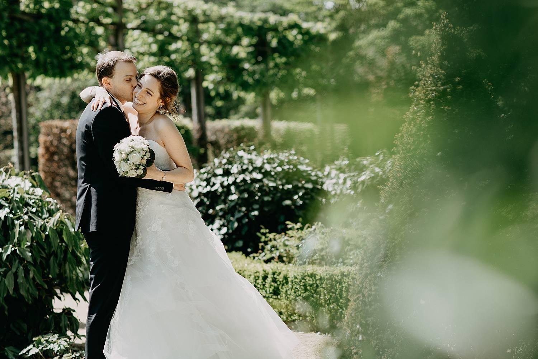 bruidspaar huwelijksreportage tuin