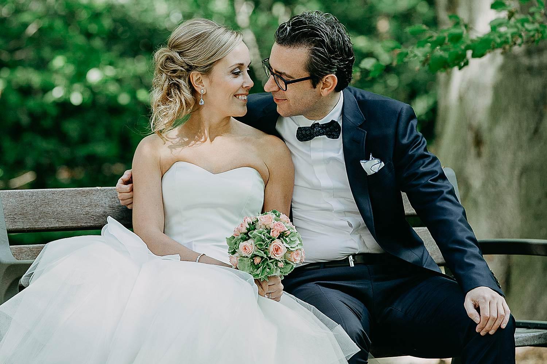 Hof Ten Brandt huwelijksreportage bruidspaar op zitbank