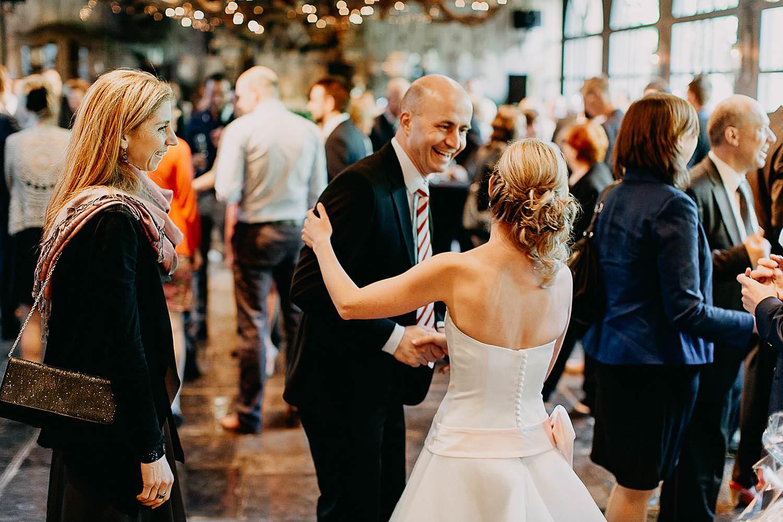 Hof Ten Damme bruidspaar groet gasten