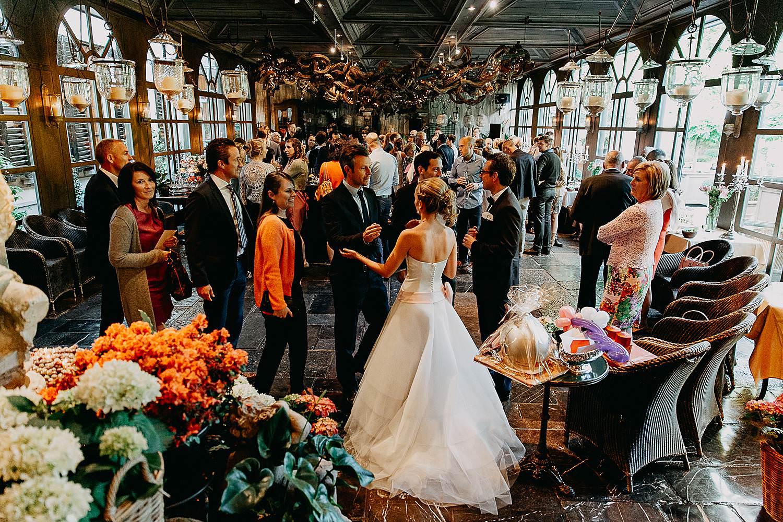 Hof Ten Damme feestzaal bruidspaar ontvangt gasten