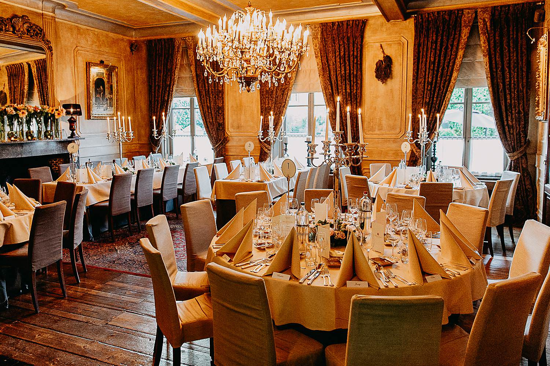 Hof Ten Damme feestzaal gedekte feesttafels huwelijk