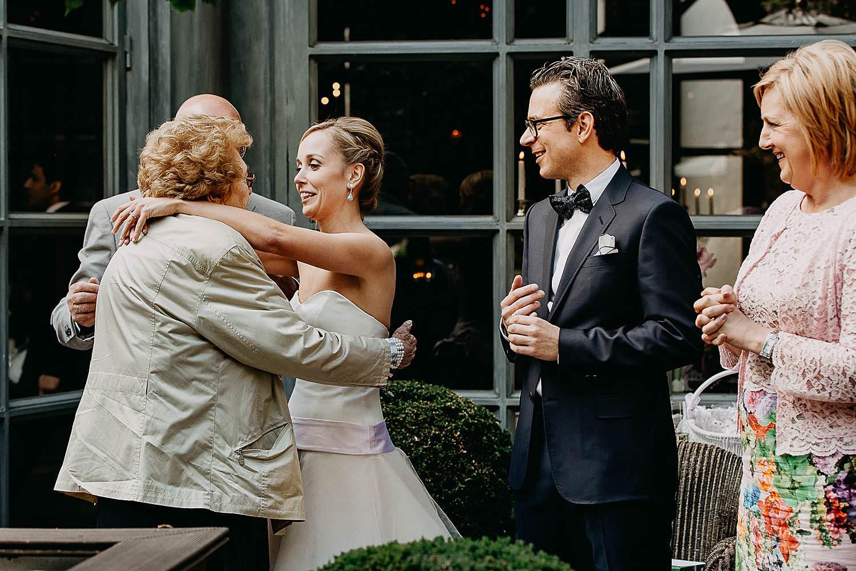 Hof Ten Damme huwelijk bruidspaar groet gasten