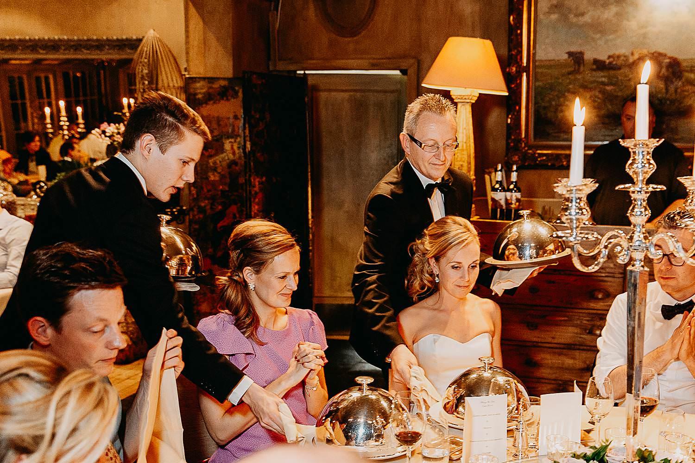 Hof Ten Damme serveren maaltijd bruidspaar