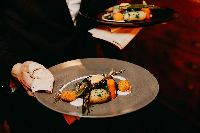 Hof Ten Damme serveren maaltijd schotels