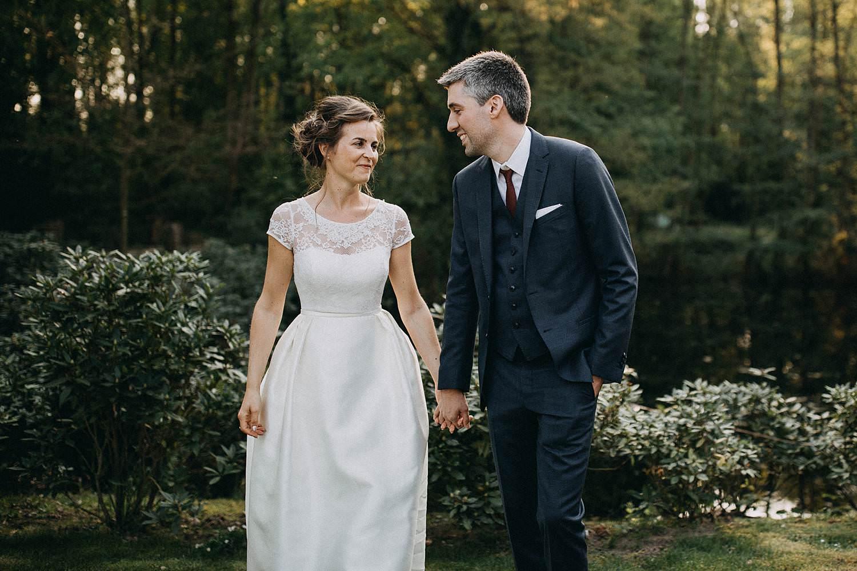 Hof ten Laere bruidspaar wandelt in tuin