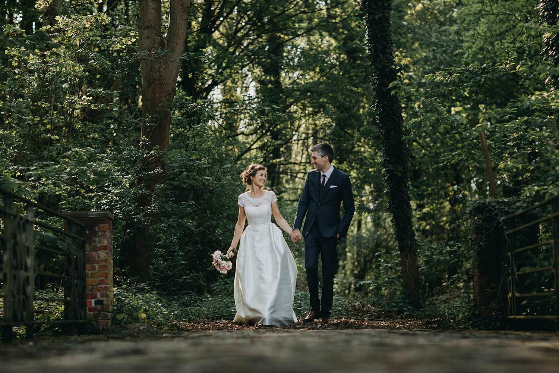 Hof ten Laere huwelijk bruidspaar in parktuin