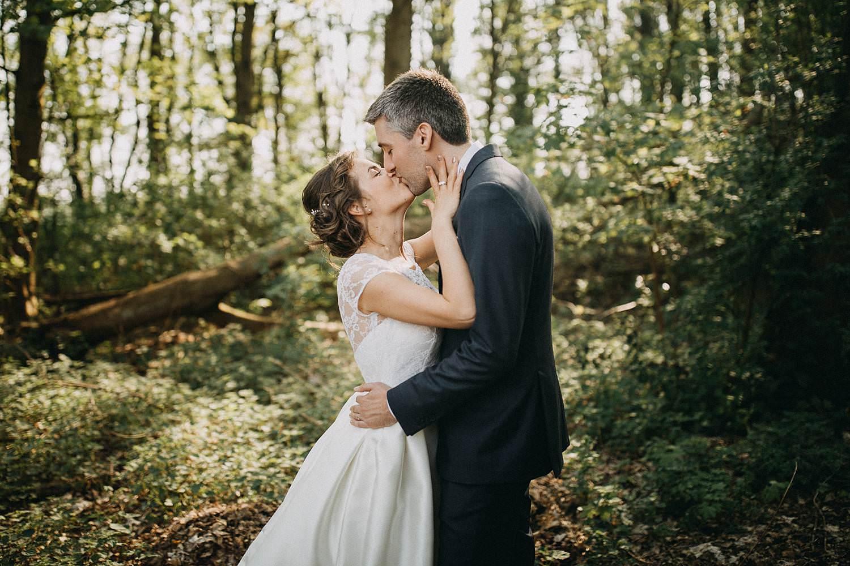 Hof ten Laere huwelijk bruidspaar kust in parktuin