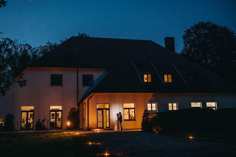 Hof ten Laere nachtopname silhouet bruidspaar