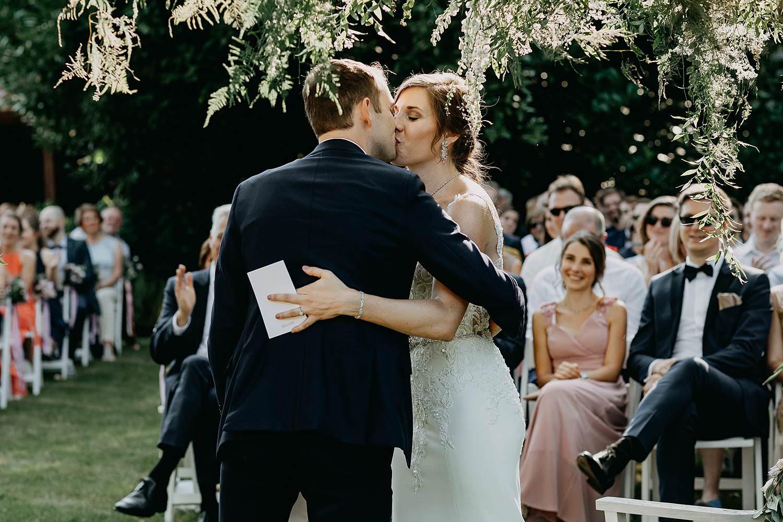 Hof Ter Delft buitenceremonie huwelijk bruidspaar kust