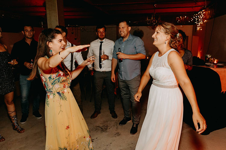bruid danst huwelijk feestzaal