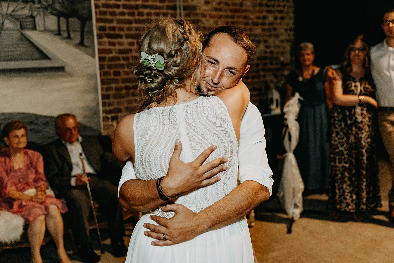 bruidspaar knuffel openingsdans