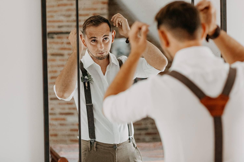 bruidegom voorbereiding checkt haar spiegel
