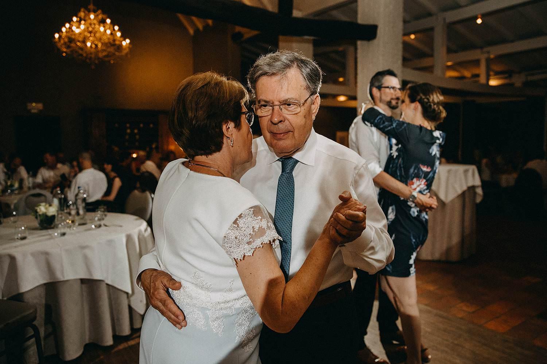 huwelijk avondfeest ouders dansen