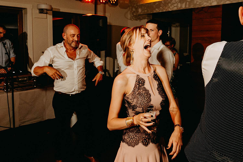 Huwelijk avondfeest vriendinnen dansen