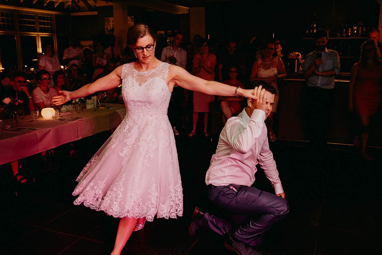 Huwelijk boombal dans door bruidspaar
