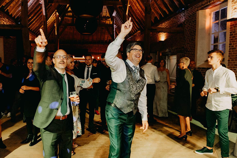 Huwelijk bruidegom danst