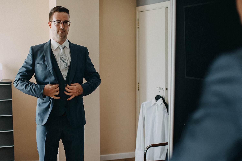 Huwelijk bruidegom dichtknopen vest