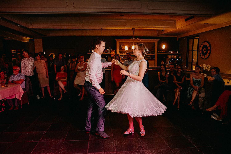 Huwelijk bruidspaar boombal dans