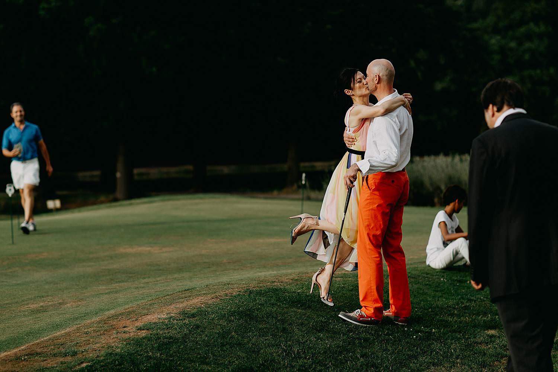 huwelijk bruidspaar kust op golfbaan