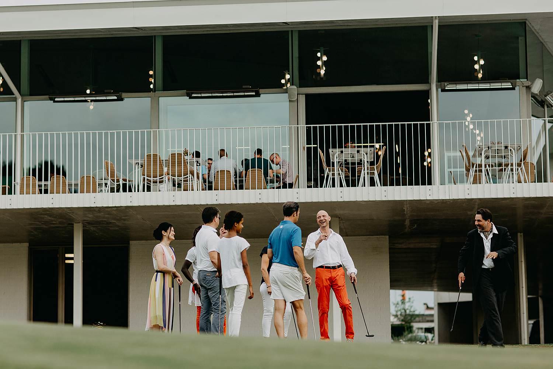 huwelijk bruidspaar speelt golf