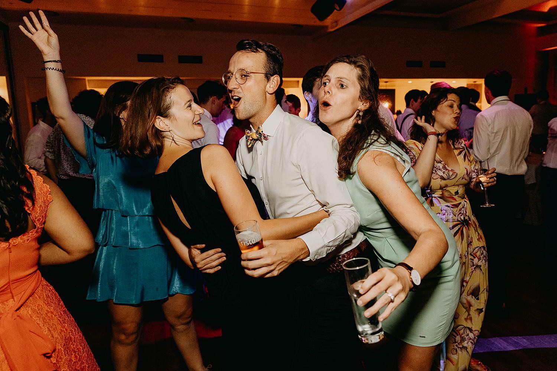 huwelijk dansfeest gasten dansen
