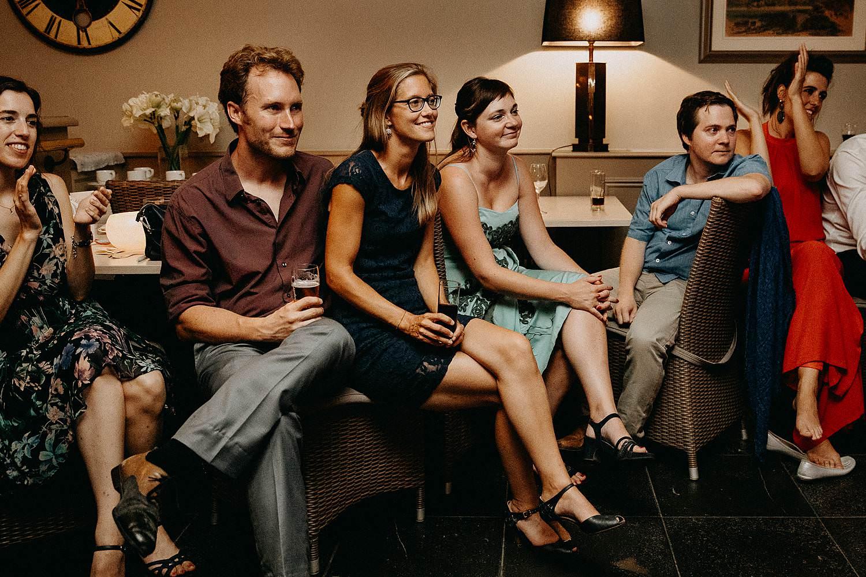Huwelijk Den Hof gasten kijken voorstelling