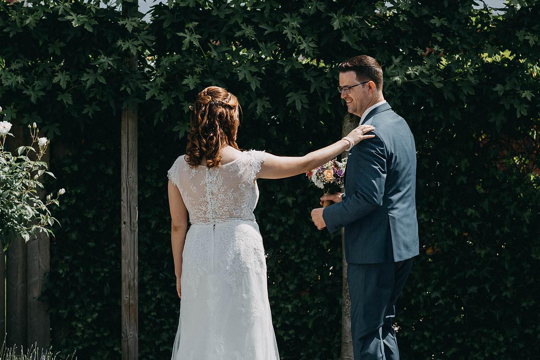 Huwelijk first look in tuin