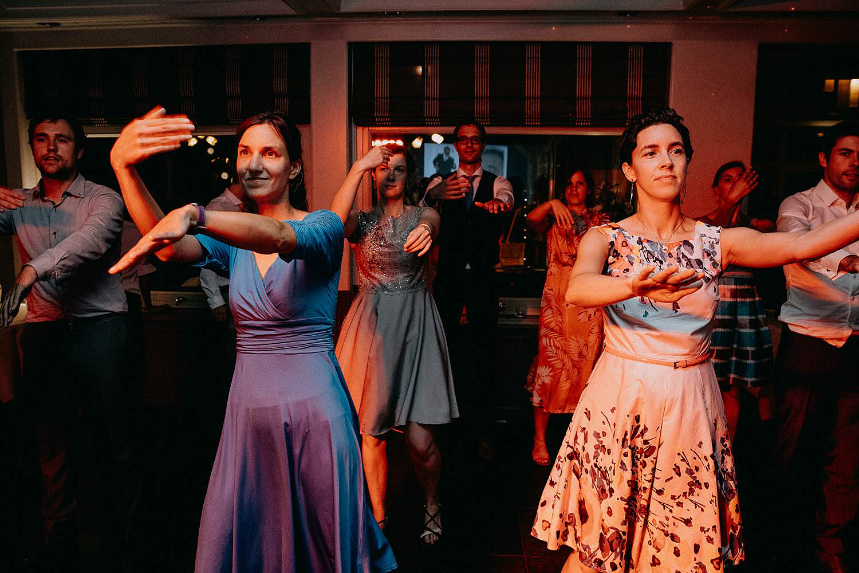 huwelijk gasten dansen avondfeest