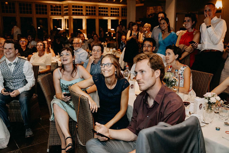 Huwelijk gasten kijken voorstelling
