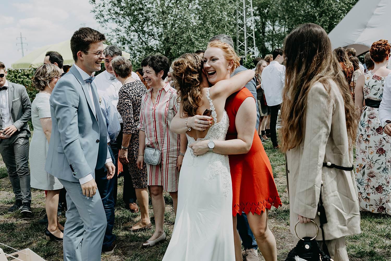 Huwelijk Rumbeke bruid groet gasten