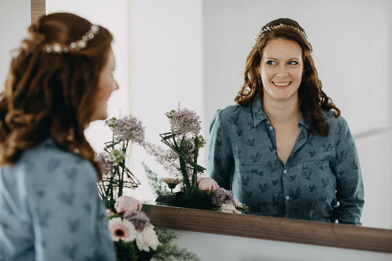 Huwelijk voorbereiding bruid checkt haar in spiegel