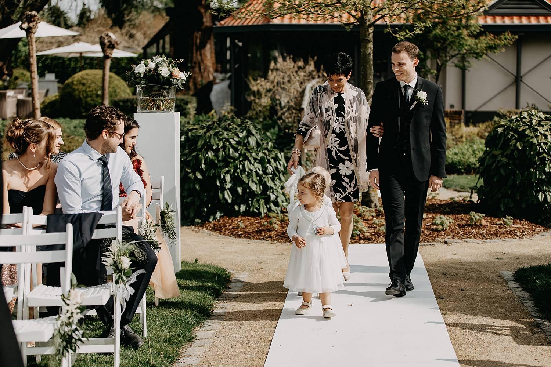intrede bruidsmeisje bruidspaar