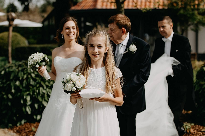 intrede bruidsmeisje buitenceremonie