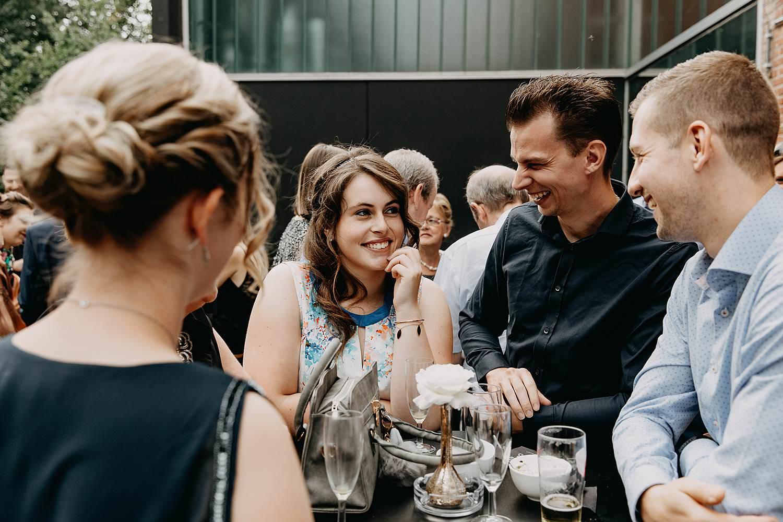 Kaai 16 buitenreceptie huwelijk balkon gasten aan staantafel
