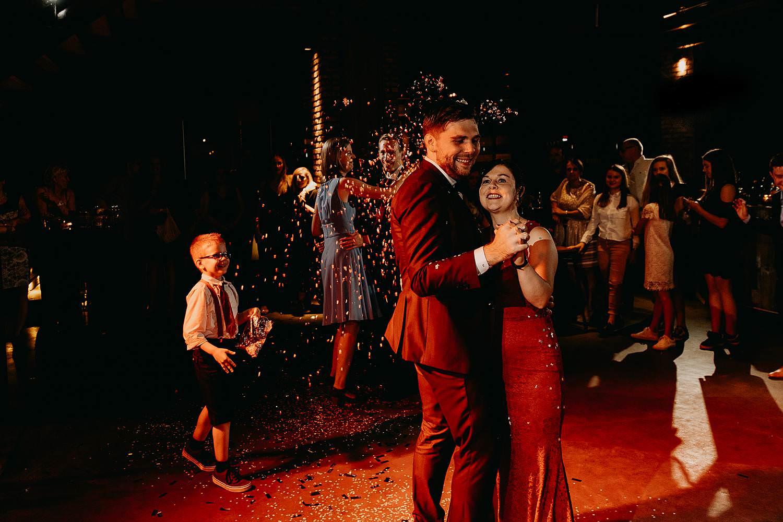 Kaai 16 huwelijk bruidegom danst met moeder