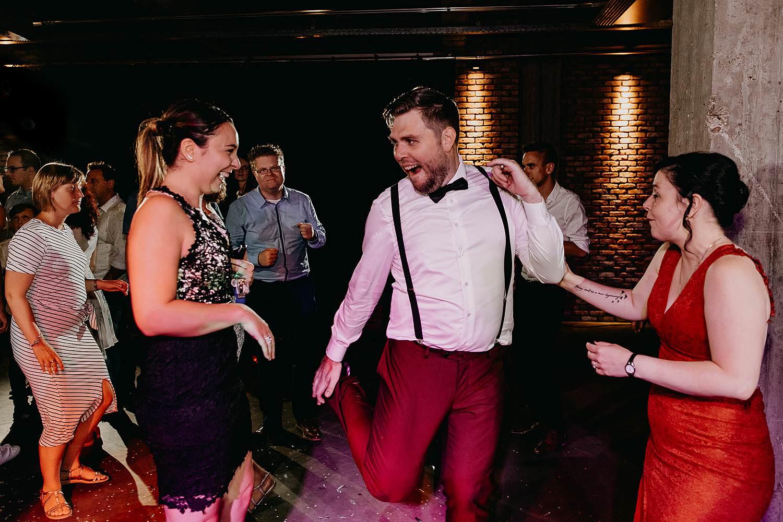 Kaai 16 huwelijk trouwparty bruidegom danst