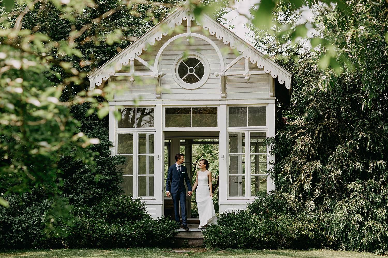 Kalmthout Arboretum bruidspaar in tuinhuis