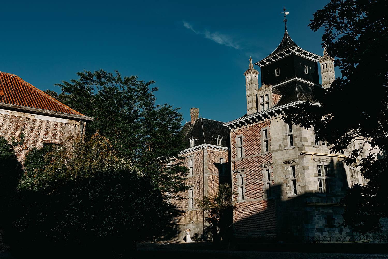 Kasteel d'Aspremont-Lynden bruidspaar voor kasteel