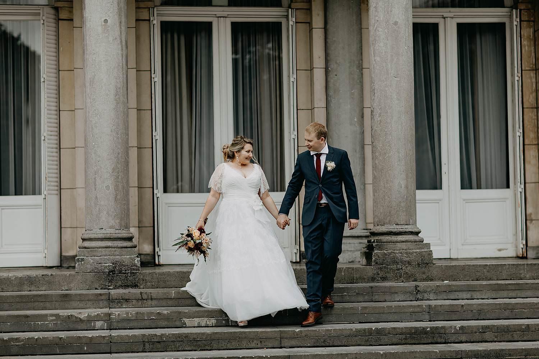 Kasteel Den Brandt huwelijk bruidspaar zit wandelt trap
