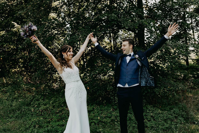 Kasteel Hallehof bruidspaar juicht in park