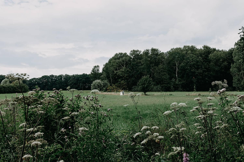 Kasteel Nieuwenhoven bruidspaar in grasveld