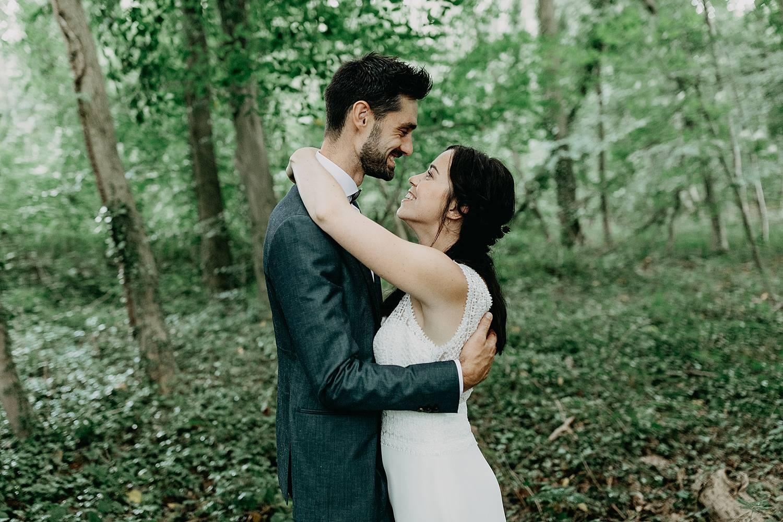 Kasteel Nieuwenhoven knuffel huwelijk bruidspaar