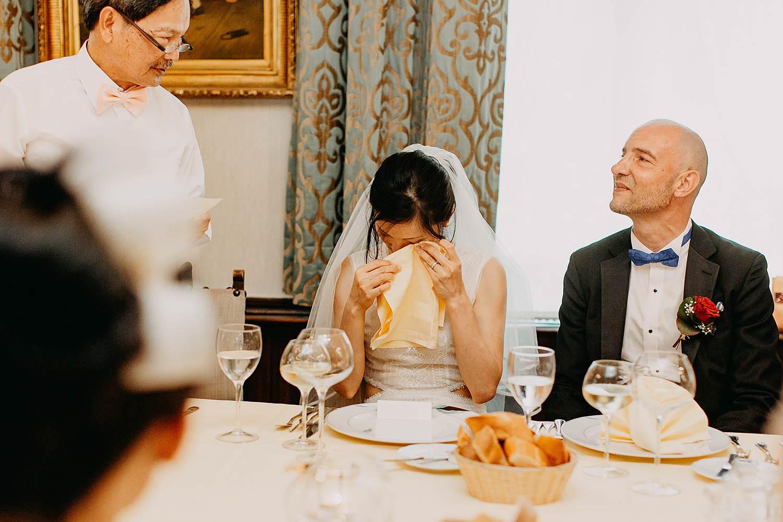 Kasteel Van Nieuwland bruidspaar avondfeest bruid emotioneel